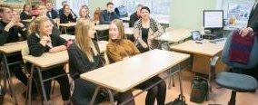 Justiitsministeeriumi kriminaalpoliitika osakonna analüüsitalituse nõunikud Anu Leps (esimeses pingis õpetaja laua vastas) ja Andri Ahven SÜG-i 10.a ja 10.b klassi rääkisid noortele nii perevägivallast kui näiteks inimkaubandusest. FOTO: Valmar Voolaid